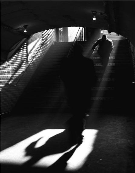 Sabine Weiss: Sortie de metro, Paris, 1955