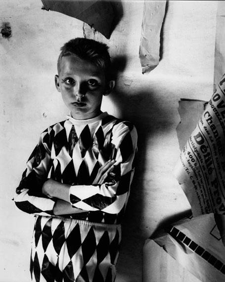 L'Arlequin de la grande récréation, Arles, 1954. © Lucien Clergue