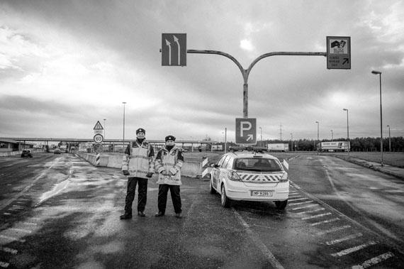 Kurt Kaindl: Ungarische Polizisten am Grenzübergang Nickelsdorf / Hegyeshalom.