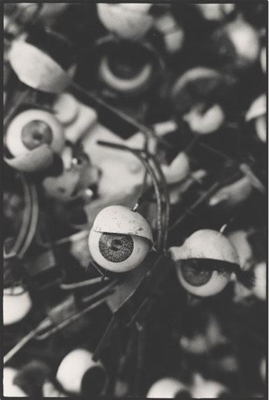 Monique Jacot: Flea Market, Paris, 1962 © Fotostiftung Schweiz