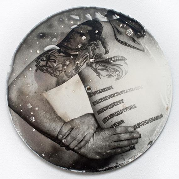 Christopher Mavric: VINYL TATTOO IV, 2013-2014, Silbergelatin Print auf Schallplatte, 30 x 30 cm, Edition 1/1