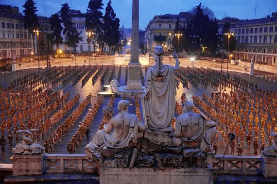 © HA Schult: Piazza del Popolo, Rome, 2007, photograph by Thomas Hoepker