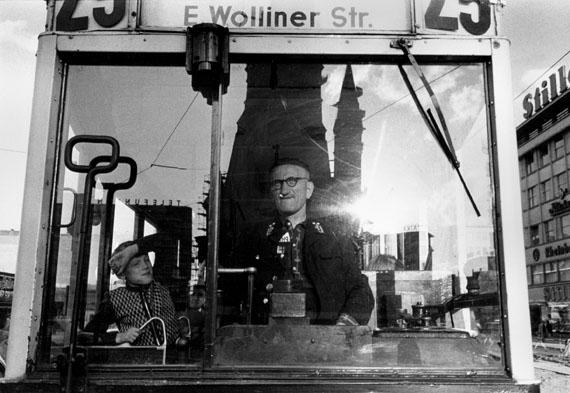 Straßenbahn in der Tauentuienstraße, 1956© Will McBride