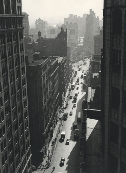 Rudy Burckhardt: Broadway toward Union Square, New York, 1948 © The Estate of Rudy Burckhardt and Tibor de Nagy Gallery, New York
