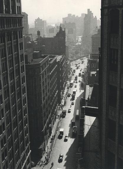 Rudy Burckhardt: Broadway toward Union Square, New York, 1948 © The Estate of Rudy Burckhardt and Tibor de Nagy Gallery, New York