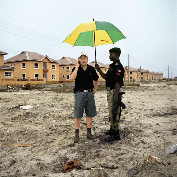 Paolo Woods: Chinafrica, Mr. Wood, Lagos, Nigeria, aus der Serie Chinafrica, 2007Archival Pigment Print auf Aluminium, 80 x 80 cm © Paolo Woods/INSTITUTE