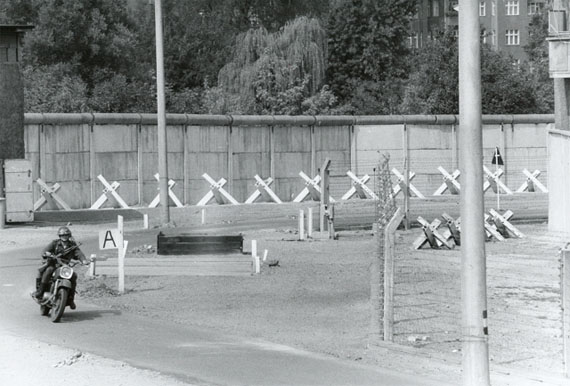 Manfred Hamm: Berliner Mauer - Vopo im Todesstreifen, 1976, s/w Fotografie, 30 x 40 cm, Courtesy Galerie Georg Nothelfer