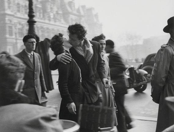 Lot 332ROBERT DOISNEAU (1912-1994)Le baiser de l'hôtel de Ville, 1950€80,000–120,000