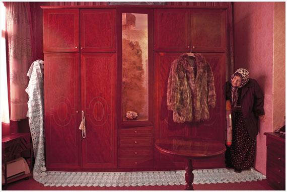© NILBAR GÜRES SU TABANCASIYLA OYUN ÇIRÇIR SERİSİ'nden / PLAYING WITH A WATER GUN from the ÇIRÇIR SERIES2010, C-Print, .120 x 180 cm Courtesy Galerie Martin Janda, Wien; Rampa Gallery, Istanbul
