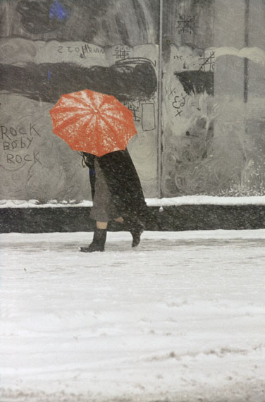 Saul Leiter: Red Umbrella, ca. 1958 © Estate of Saul Leiter, Courtesy Howard Greenberg Gallery, New York