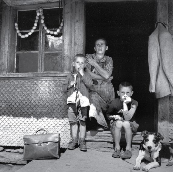 Theo Frey, Fluhli, Entlebuch (Rosa Felder with Josef and Toni), 1947© Fotostiftung Schweiz (Swiss Foundation of Photography)