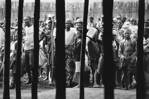 Hutu refugees at the camp of Magara, Burundi 1995. Vintage print, silver gelatin paper, signed, 38,0 x 25,5 cm © Mirko Krizanovic