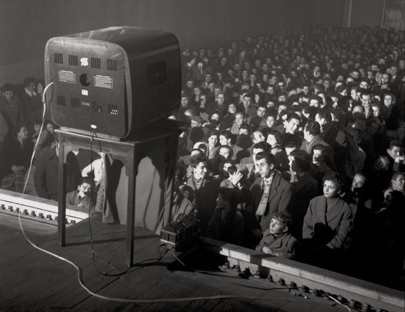 """GiancolomboIl Cinema interrompe la proiezione per """"Lascia o raddoppia""""Carpi, Emilia Romagna, 1956© Archivio Giancolombo"""