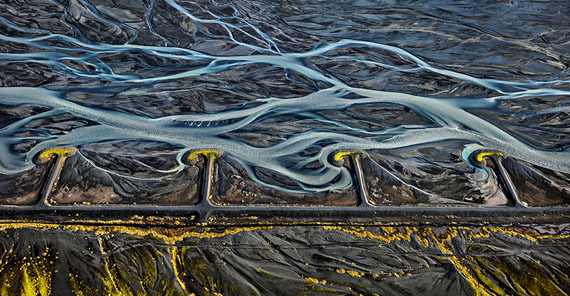 Markarfljót River #3, Erosion Control, Iceland, 201289,2 x 172,7 cm© Edward Burtynsky, courtesy Galerie Springer Berlin