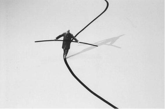 © Gilbert Garcin: Der Seiltänzer, 2002