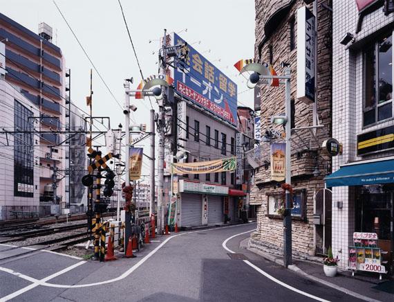 Thomas Struth, Hilo Street, Jiyu Gaoka, Tokyo, 2003.Chromogenic print, flush-mounted to plexiglass. 140 x 182,6 cm. From an edition of 10. Estimate € 30.000 – 40.000C-Print unter Plexiglas (Diasec). 178 x 218,6 cm. Aus einer Auflage von 10 Exemplaren. Schätzpreis € 30.000 – 40.000