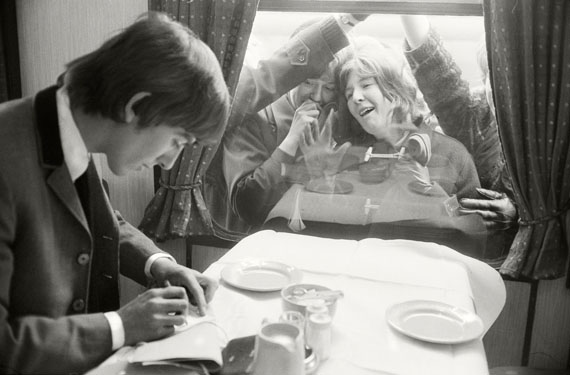 """© Max Scheler: """"George Harrison gibt Autogramme im Hard Days Night Zug"""", London, 1964"""