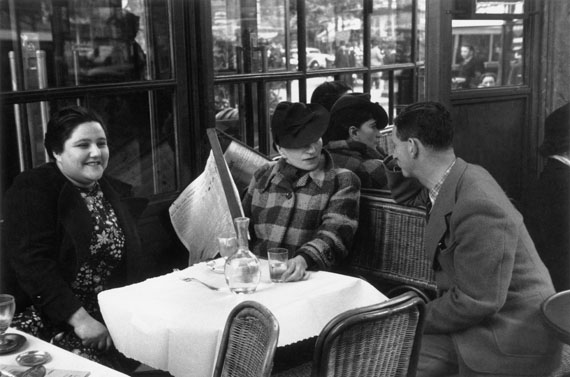 Willy Maywald: Charlotte Hockenheimer, Valeska Gert, Erwin Blumenfeld in einem Pariser Café, 1932-33 © Association Willy Maywald / VG Bild-Kunst, Bonn 2015