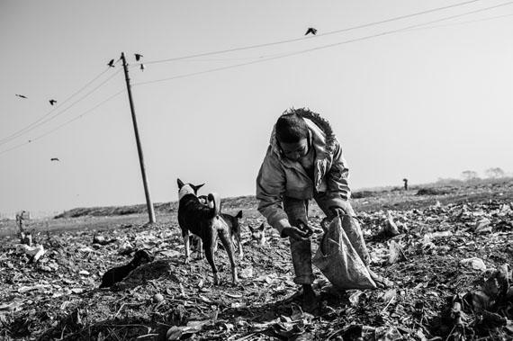 Pep Bonet: Bangladesh, Rajshahi. January 2013Bypass garbage dump. Kabir is twelve years old. For the past 5 years he has worked eight hours a day© Pep Bonet/NOOR/laif