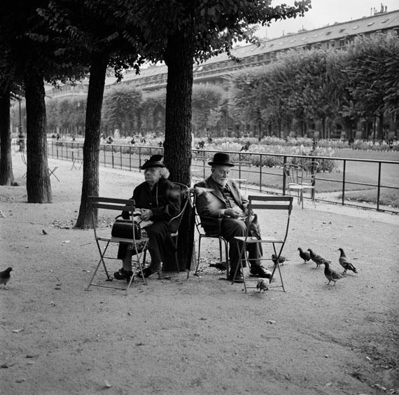 Bill PerlmutterOld Couple in the park, Paris, 1955 Fine Art Print auf Harman Gloss Baryta40 × 40 cm