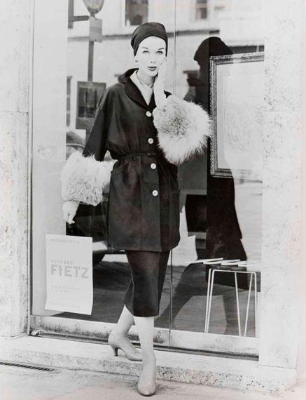 "Lange, taillierte Damenlederjacke ""Modell Romanoff"" mit breiten Pelzärmelmanschetten, 1957Foto: Regina Relang © Regina Relang-Archiv, Münchener Stadtmuseum / Slg. Fotografie"