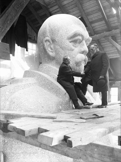 Wilhelm Weimar: Kopf des Bismarck mit den Ingenieuren Strieder und Klemann, 1906