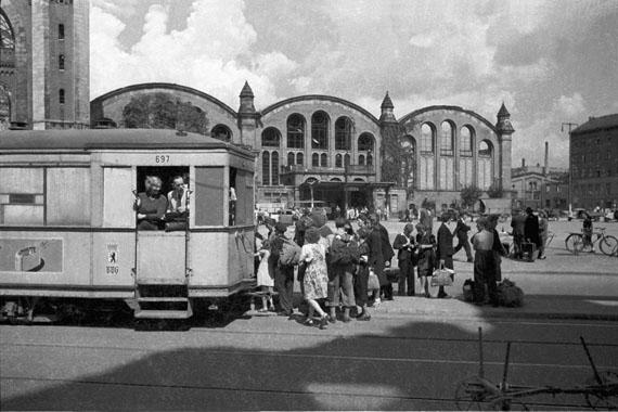 """Cecil F. S. Newman: """"City Transport"""", 1946 [Straßenbahnhaltestelle der Linie 44 in der Invalidenstraße am Stettiner Bahnhof; Mitte, sowjetischer Sektor]"""