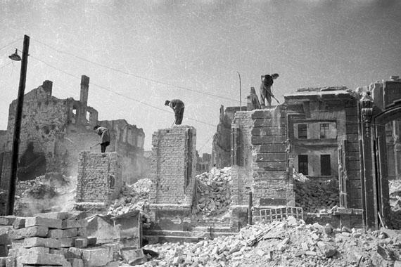 """Cecil F. S. Newman: """"Parochialstraße"""", 1946 [Frauen tragen im Handbetrieb Ruinen ab; Mitte, sowjetischer Sektor]"""