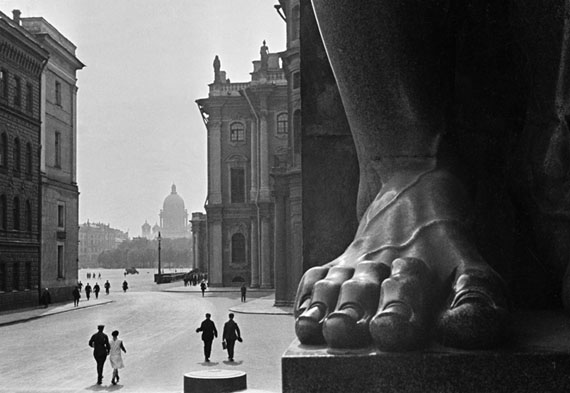 Boris Ignatovich. Atlas at the Hermitage entrance, 1931