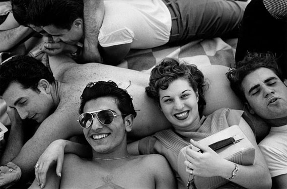 Harold Feinstein. Coney island teenagers, 1949