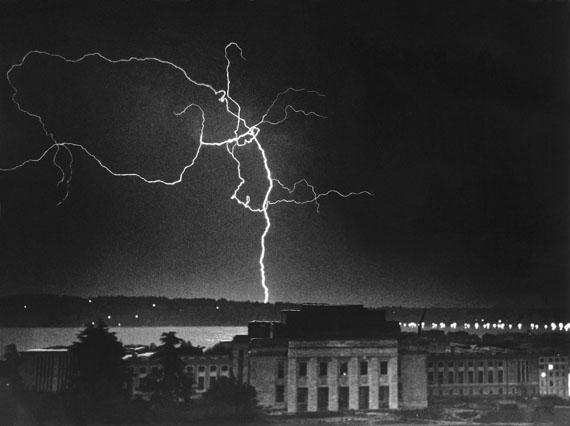 Erich Salomon: Blitz über dem Völkerbundpalast. Genf 1936.© Reproduktion: Berlinische Galerie, Landesmuseum für Moderne Kunst, Fotografie und Architektur