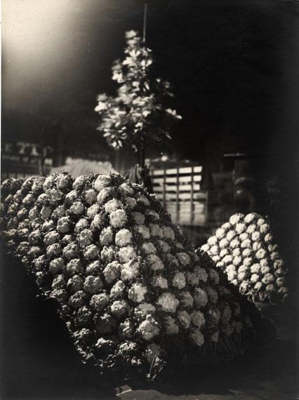 Germaine KrullLes Halles in der Nacht (in Freundschaft zu Van Ecke), um 1920Silbergelatineabzug, 22 x 16,2 cmAmsab-Institut für Sozialgeschichte, Gent© Estate Germaine Krull, Museum Folkwang, Essen