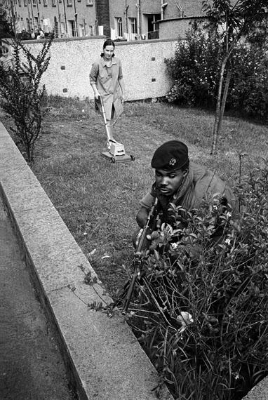 Philip Jones Griffiths: Mowing the lawn, Northern Ireland, 1973 © Philip Jones Griffiths / Magnum Photos
