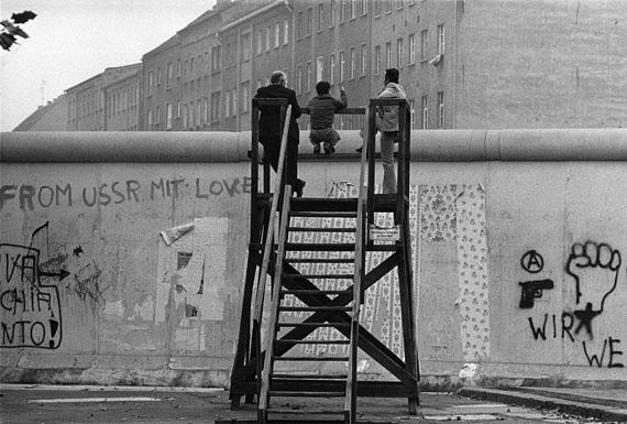 Barbara Klemm: Glancing over the wall, Berlin-Kreuzberg, Germany, 1977 © Barbara Klemm