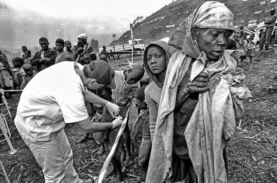 José Giribás: Flüchtlingskind wird geimpft von einem Care Deutschland Helfer am Grenzübergang Ruzizi I in Cyangugu/Ruanda am 28.08.94