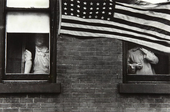 Parade - Hoboken, New Jersey, 1955 © Robert Frank, courtesy Edwynn Houk Gallery New York, Zurich