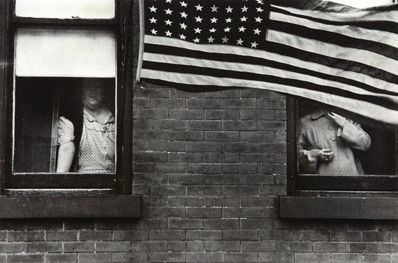 Parade - Hoboken, New Jersey, 1955 © Robert Frank, courtesy Edwynn Houk Gallery New York, Zurich