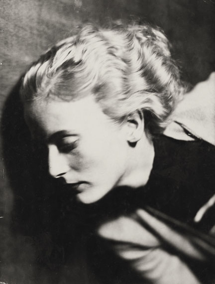LOT 35GERMAINE KRULL (1897–1985) Wanda Hubbell, Paris c. 1931Vintage silver printEstimate € 5000-6000Start price € 3.000