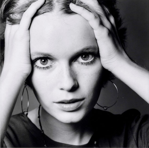 Mia Farrow pour Vogue, Paris, 1968, Silver Gelatin Print, print made in 70s © Jeanloup Sieff / Courtesy of Bernheimer Fine Art Photography