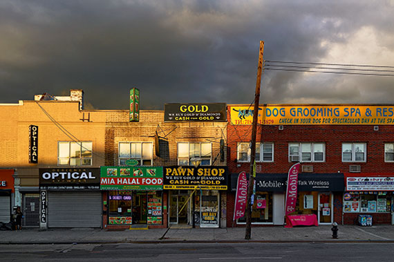 Paul Graham: Pawn Shop, Ozone Park, New York, 2013, 161 x 244 cm, Pigment Ink Print, © Paul Graham, Courtesy carlier I gebauer