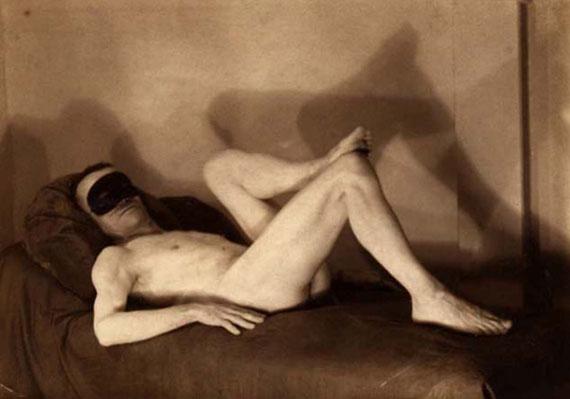 Pierre MolinierAutoportrait nu allongé au loup circa 1955Epreuve argentique d'époque7,7 x 10,9cm2000 / 4000 €