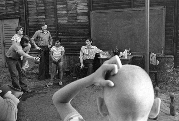 """Viktor KolářEinheimische beim Kegeln während eines Sommerwochenendes, aus der Serie """"Ostrava"""" 1981© Viktor Kolář"""