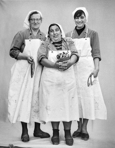 Stefan Moses: Rollmopspackerinnen, Büsum 1963 © Stefan Moses