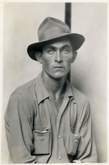 Mike Disfarmer: Seated man (Daulton Hartsfield) 1940 © Mike Disfarmer / courtesy of the Edwynn Houk Gallery New York
