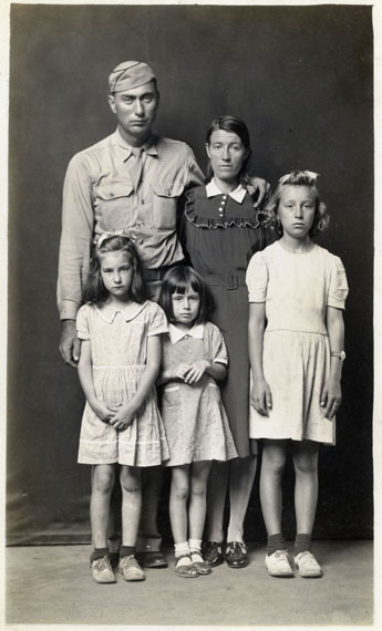 Mike Disfarmer: Louie and Alma Ramer with their daughters Lucille Avonell and Faye 1945 © Mike Disfarmer / courtesy of the Edwynn Houk Gallery New York