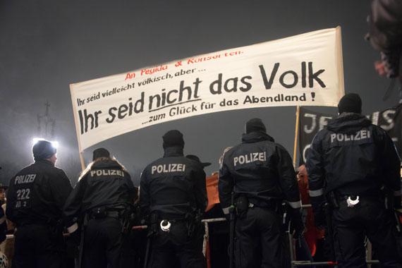 Lidwien Van de Ven: Berlin, 12/01/2015 (das Volk), 2016, Fototapete, 2,10 x 3,15 m © Lidwien Van de Ven