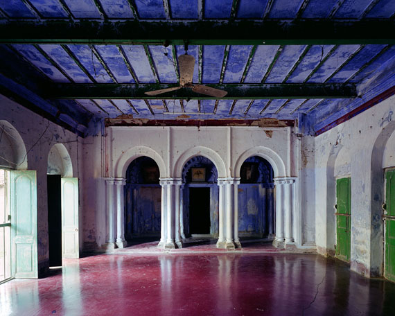 Thomas Jorion: Institution religieuse, salle commune, Chandernagor, Inde, 2014, Serie Vestiges d'Empire, 96 x 120 cm, C-Print