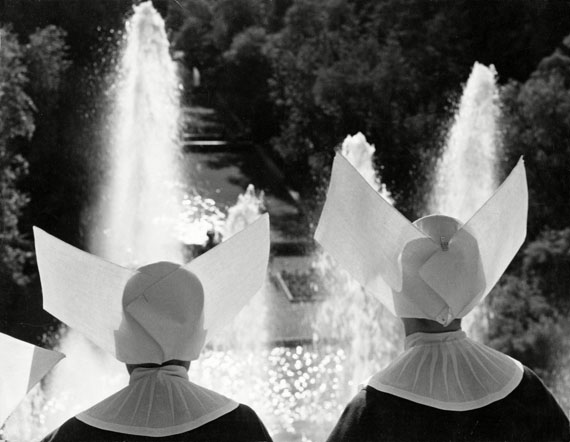 "© Max Scheler: ""Zwei Nonnen erfreuen sich an den Springbrunnen"", Tivoli Gärten bei Rom 1951 / Courtesy Johanna Breede PHOTOKUNST"