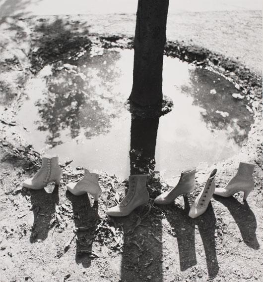 Regina Relang: Schuhe gehen um einen Baum, 1936 © Münchner Stadtmuseum Sammlung Fotografie Archiv Relang