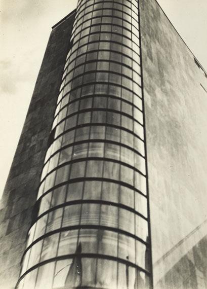 Iwao Yamawaki. Untitled (Glass façade of an unknown building). 1930- 1932. Vintage. Gelatin silver print. 11,1 x 8 cm